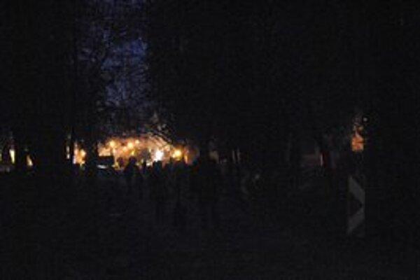 Cez park poslepiačky. Mestský park je zahalený do tmy. Rozsvieti sa až v polovici decembra.