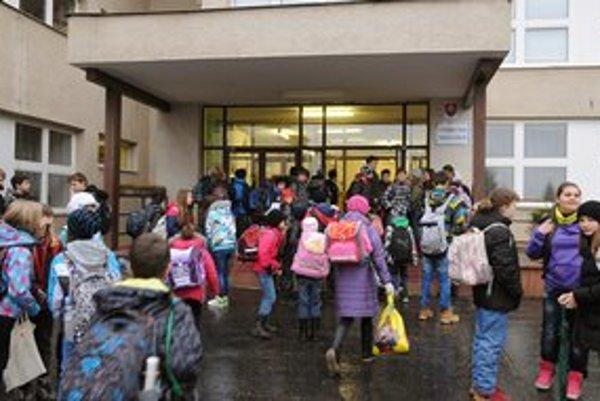 Žiaci prichádzajú na vyučovanie do ZŠ Mateja Lechkého v Košiciach po prerušení štrajku.