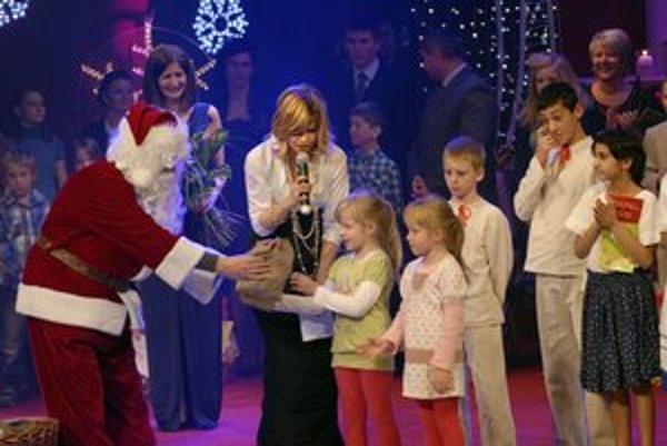 Deťom žiarili oči šťastím. Dostali množstvo darčekov.