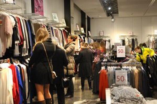 Zákazníčky väčšinou zapĺňajú butiky s oblečením.