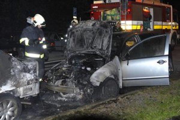 Podpálené auto. Neraz obhorí aj auto stojace vedľa.