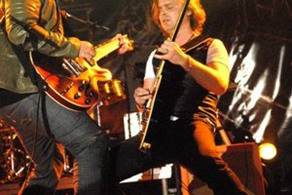 Ivan Tásler (vľavo) muzikou skrátka žije. Svedčil o tom každý jeho pohyb na pódiu.
