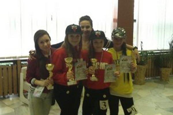 Natka, Peťa, Natka a Betka s trénerkou. Dievčatá nedali konkurencii šancu.