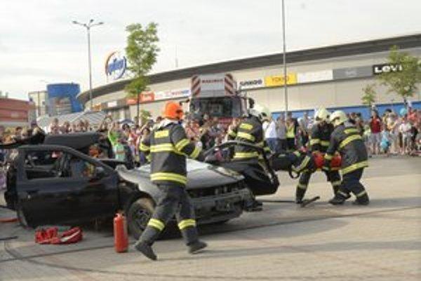 Húf ľudí. Zaujala ich aj ukážka vyslobodenia zraneného po dopravnej nehode.