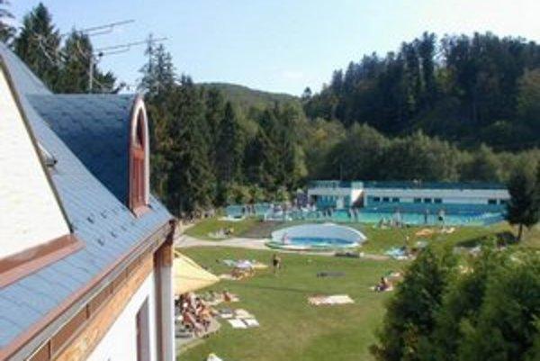 Na otvorenie sa už chystá aj areál pri hoteli Garden v Košickej Belej. Bazén už napúšťajú.