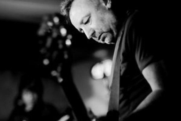 Peter Hook. Spoluzakladateľ legendárnych Joy Division zahrá v Drienovskej so svojou kapelou.
