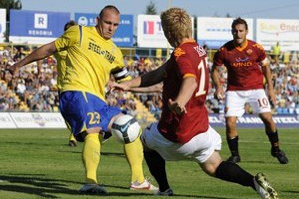 Pekná spomienka. Peter Bašista (vľavo) ako kapitán MFK Košice proti AS Rím.