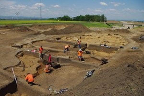 Ťažba hliny. Najväčším archeologickým nálezom v trase rýchlocesty je hlinisko na ťažbu hliny.