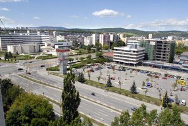 Terasa vedie. Najviac obyvateľov má mestská časť Západ.