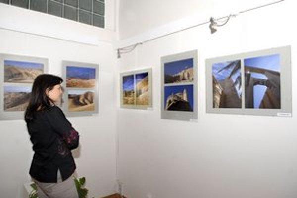 Pätica fotografov spolu vystavuje v Galérii kultúrneho centra KSK.