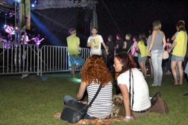 Návštevníci festivalu Leto v parku. Organizátori denne očakávali 2 000 ľudí, zatiaľ ich prišla iba hŕstka.