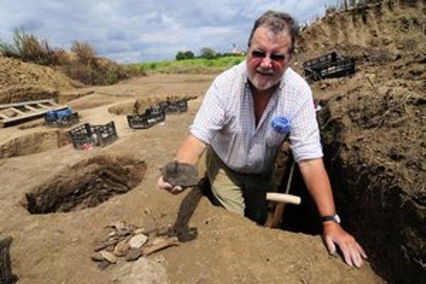 Ulrich Fries pri archeologických vykopávkach.