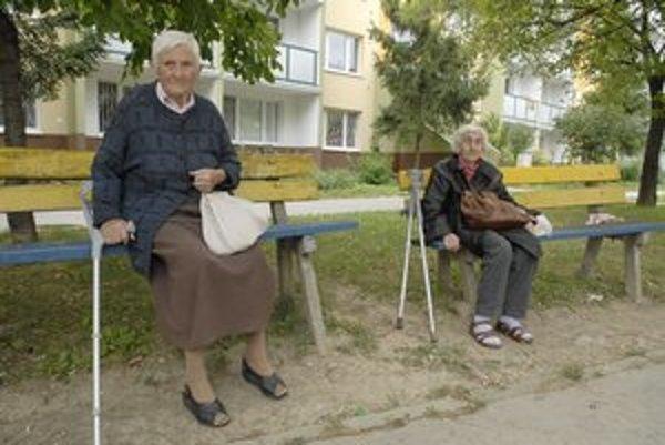 Na tejto lavičke oddychovala pani Jolana. Skupinka žien ju nasledovala až do bytu.