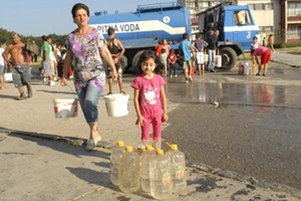 Odstavená voda. Pri počte obyvateľov vychádza z jednej cisterny asi 1,5 litra vody na hlavu, vrátane malých detí.