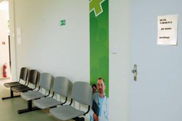 Prázdna čakáreň. Ak oznam o presťahovaní na dverách ambulancie nevisí, obráťte sa na kraj.