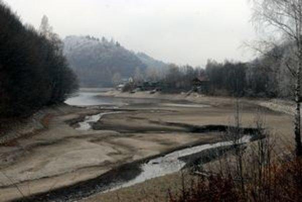 Dlhodobé sucho sa podpísalo aj pod hladinu Ružína.