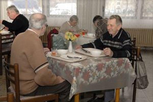 Starkí. Ak majú dôchodok do 330 eur, na jeden obed dostanú 66 centov. S dôchodkom do 250 eur to bude 0,83 eura.