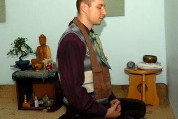 Tomáš pri domácej meditácii