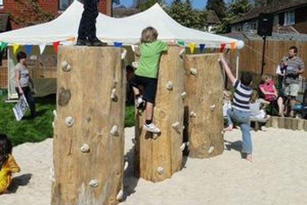 Prírodné preliezky umožňujú deťom liezť, vešať sa i hojdať.