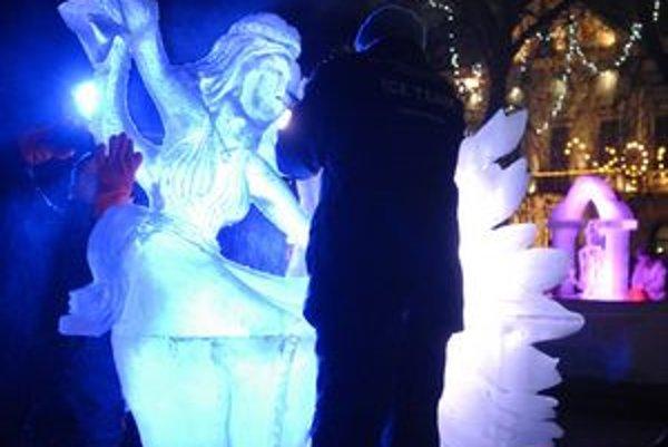 Sochy. Čaro Vianoc spestrujú v centre mesta nezvyčajné umelecké kúsky.