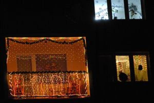 Oživený panelák. Vianočný balkón upúta na Ulici pokroku na Terase.