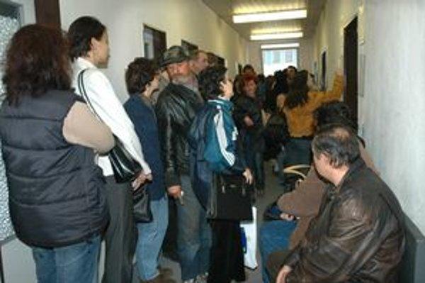 Chodby sú plné. Uchádzačov o zamestnanie pribúda a úmerne agendy okolo nich.