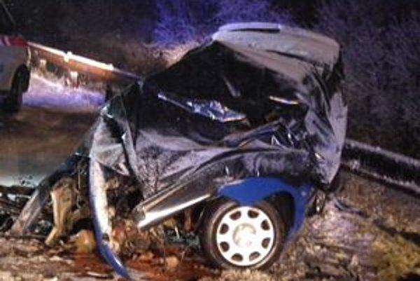 Auto smrti. Na mieste nehody v ňom podľahli zraneniam všetci, vrátane vodiča.