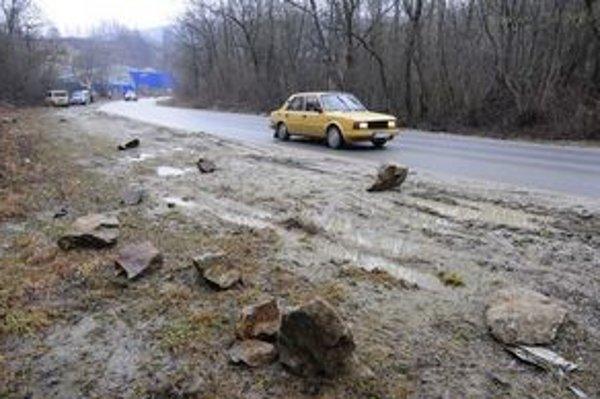 Padajúce kamene ohrozovali vodičov na Kostoliankej ceste aj pred rokom.
