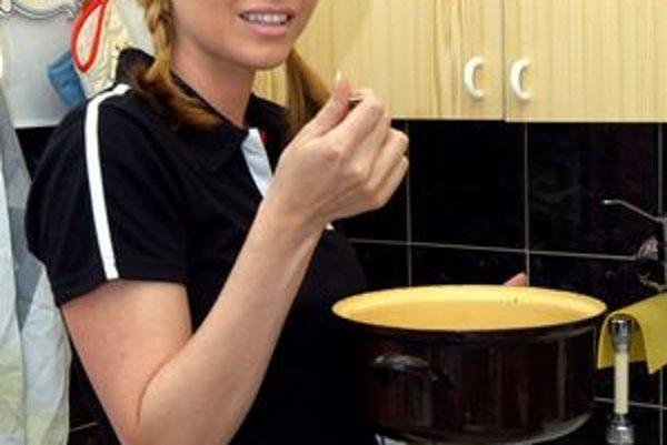 H. Kecerová sa v kuchyni vie obracať.