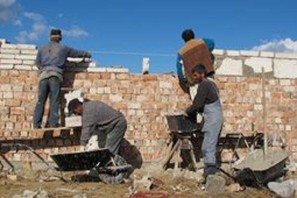 Skromné domčeky v Moldave. Rómovia ich nedostali, museli na stavbe pomáhať a náklady splácajú.
