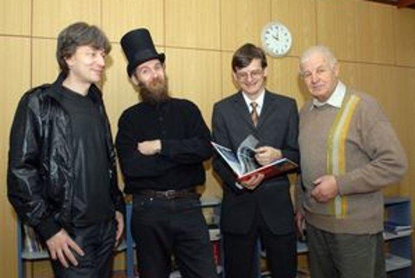 Zľava M. Kolcun, Juraj Gembický (model knihy), Stanislav Jiroušek (vydavateľ a fotograf) a Alexander Jiroušek (fotograf).