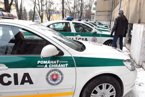 """Policajné autá. Niektoré už nálepky """"Pomáhať a chrániť"""" majú, ďalšie dostanúv najbližších dňoch."""