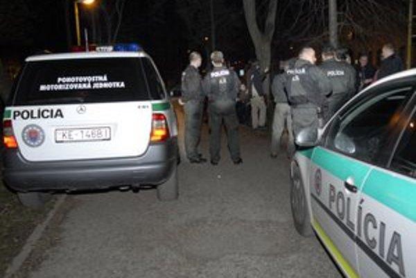 Policajti v uliciach. V Košiciach slúžia aj príslušníci, ktorí majú sami problém so zákonom.