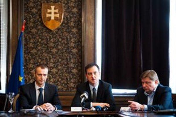 Primátor mesta Košice, Richard Raši, minister kultúry SR, Daniel Krajcer a predseda Košického samosprávneho kraja, Zdenko Trebula počas podpisovania zmlúv.