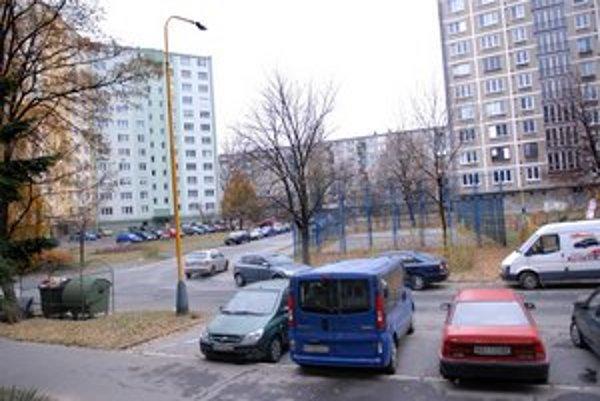 Slepá ulica. Áut pribudlo, tak pribudne aj parkovacích miest.