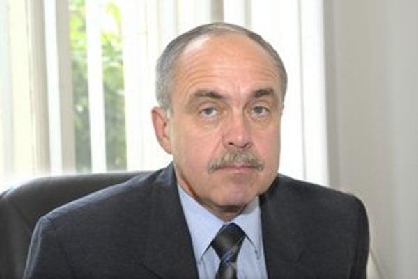 Štefan Lipčák. Krajský lekár tvrdí, že s firmou, ktorá sídli na jeho domácej adrese, nič nemá.
