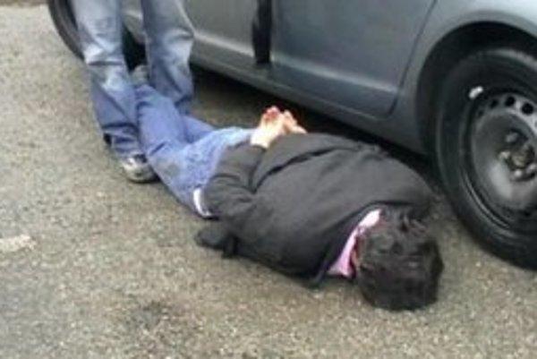 Na zemi s putami. Takto skončil pri zadržaní na Dopravnej ulici.