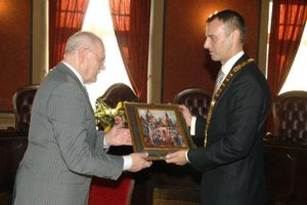 Primátorský darček. Po včerajšku má prezident v zbierke aj obraz Košíc.