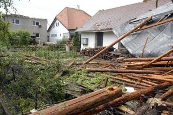 Spúšť na Zemplínskej ulici, búrka tu zničila strechy domov.
