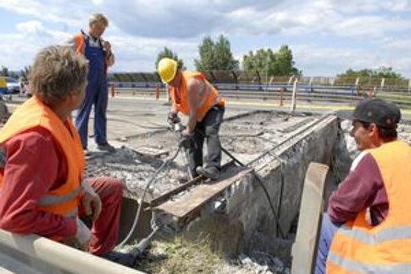 Do konca augusta. Most nad Južnou triedou cestári prevrtávajú, aby odstránili konštrukčné poruchy.