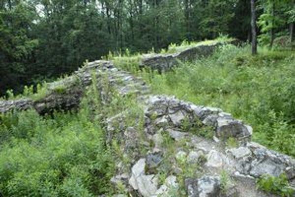 Hradby. Podľa niektorých názorov hrad nikdy nebol dostavaný a slúžil len ako opevnenie.