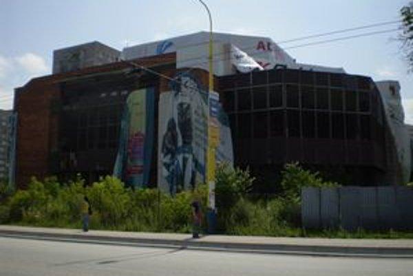 Plachty na kongresovom centre držia iba na niekoľkých miestach.