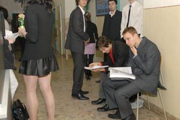 Absolventi. Maturita, dokonca ani vysoká škola už dávno neznamená istotu zamestnania.