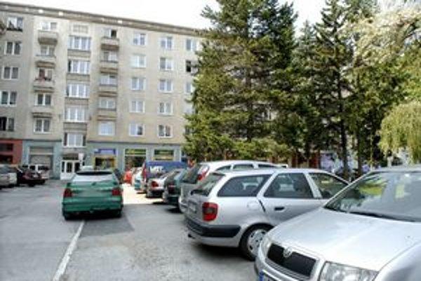 Plno. Parkovacie miesta na Komenského praskali vo švíkoch. Nové miesta však môžu vzniknúť na Tomášikovej  či Obrancov mieru.