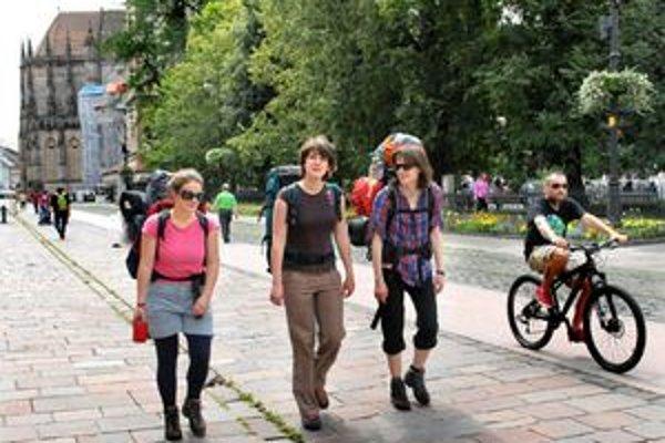 Pamiatky magnetom. Turisti sa v meste netlačia. Prídu, poobdivujú a idú ďalej.