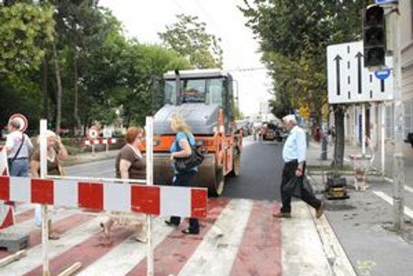 Koniec uzávery. Na Námestí osloboditeľov včera cestári ešte valcovali asfalt, v pondelok by mali križovatku otvoriť.