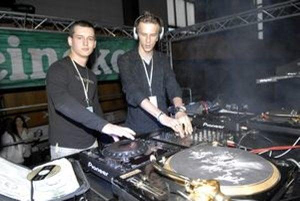 Takmer bratská výpomoc. Rados van Dexter a DJ Max.