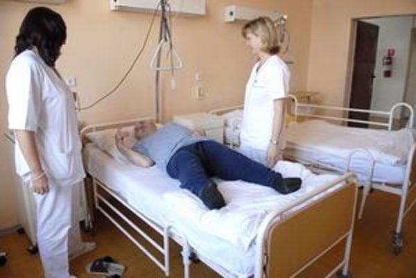 Prví pacienti. Prijali ich v týchto dňoch do vojenskej nemocnice.