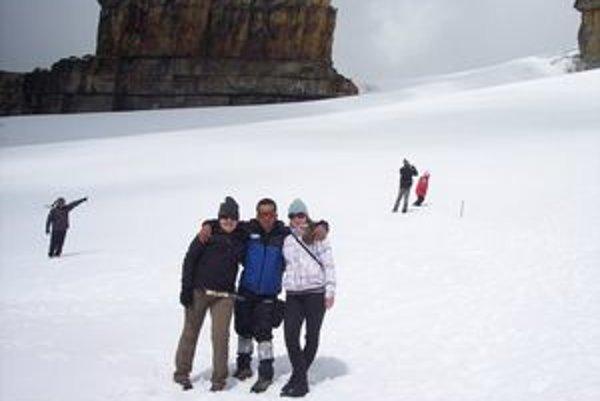 Vrch Pan de Azúcar so snehom, Zuzana v bielej vetrovke.