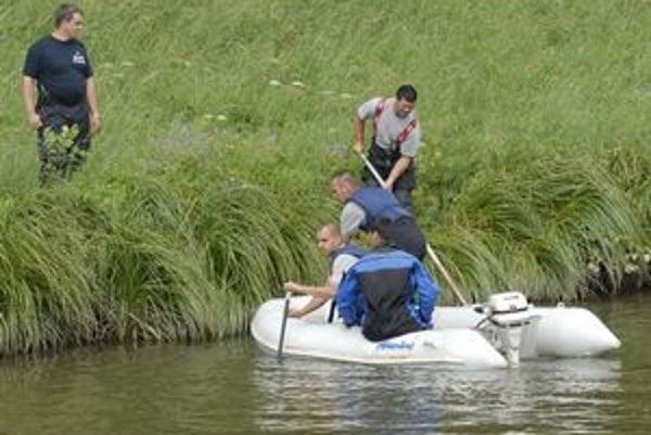 Hľadanie. Pátracia akcia prebiehala na brehu i na vodnej hladine.